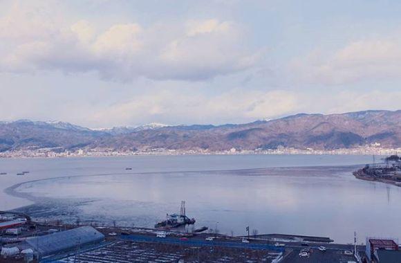 諏訪湖凍ってる。
