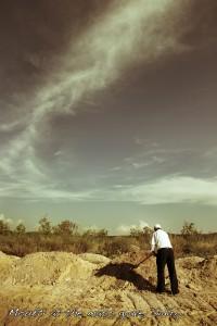 Fosse commune à Sidiro (Grèce). Le moufti s'occupe des tombes des migrants n'ayant pas réussi à traverser le fleuve Evros Photo: Alberto Campi, 2012