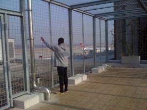 Un requérant mineur non-accompagné retenu à l'aéroport de Genève. Photo, J.Caye. AIG 2011