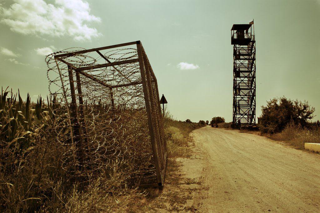 Le module de la barrière frontalière couché (à gauche) et une tour de contrôle (à droite). Photo: Alberto Campi