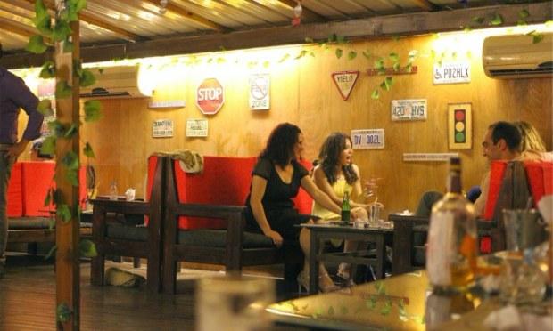 Pušenje u društvu - gosti u baru piju