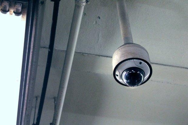 Kamera koja visi sa plafona