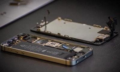 Otvoren mobilni telefon na popravci