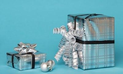Upakovani poklon u sivi papir za pakovanje