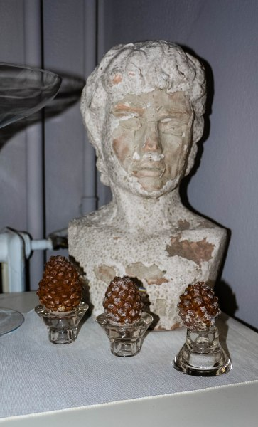 One of the few roman classical human busts add a touch of refined beauty to the B&B. Not forgetting thèse 3 cute pine cones placed in candle holders.