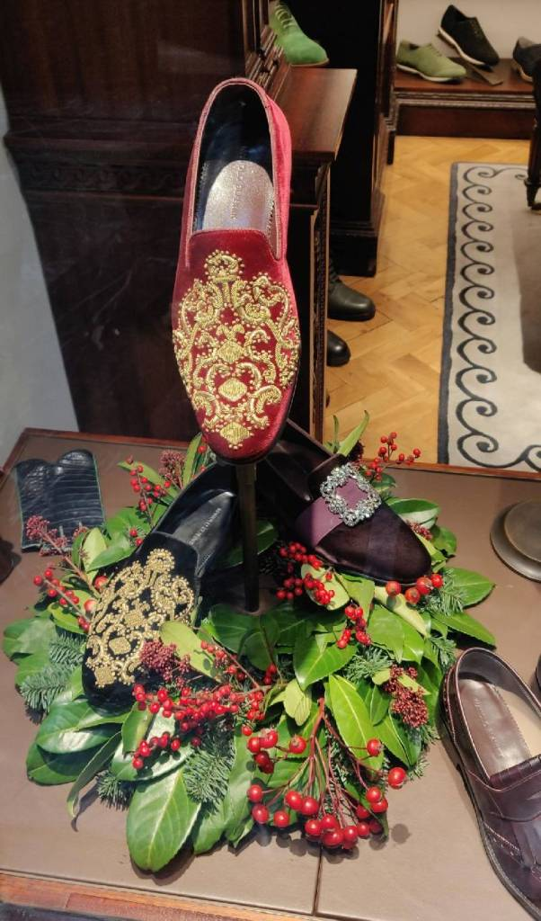 Manolo Blahnik: a quite unusual embroidered velvet evening shoes