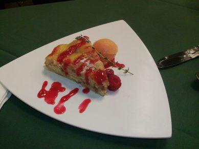 Upside-down peach cake with raspberry sauce