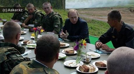 Путин в кругу солдатов
