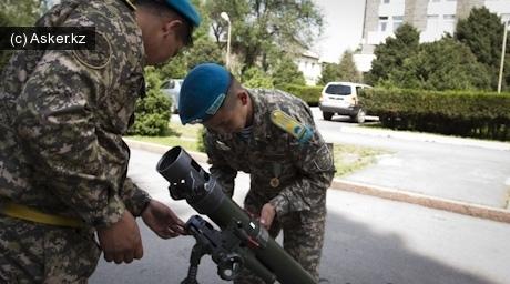 Военные устанавливают 82-мм миномет БМ-37
