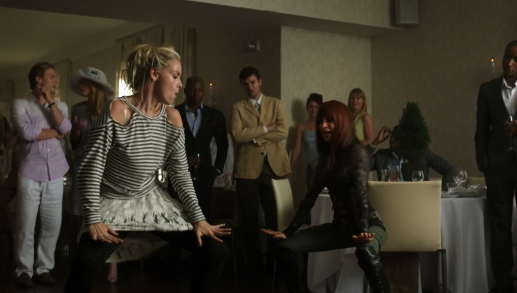 Tamsin and Kenzi dancing in Lost Girl 4x05