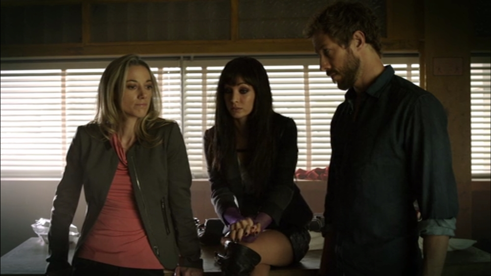 Lauren Dyson and Kenzi in Lost Girl 4x10