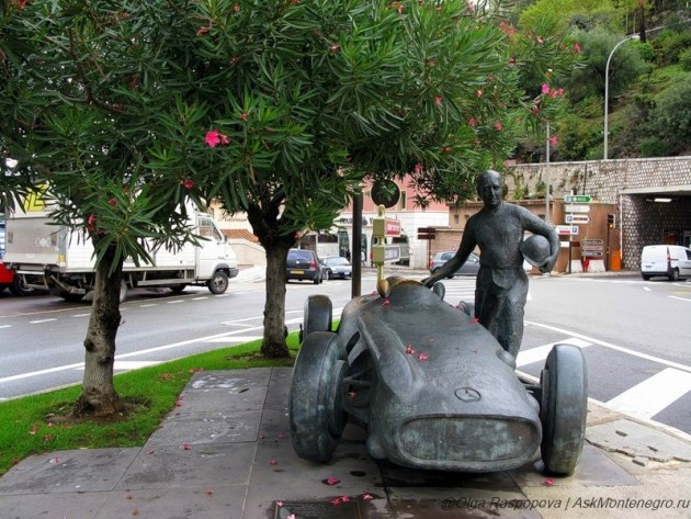 Скульптура гонщика Хуана Мануэля Фанхио