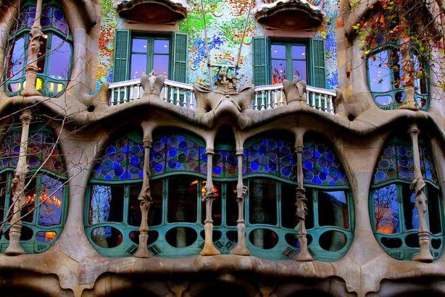 Фасад дома Бальо. Барселона. Испания