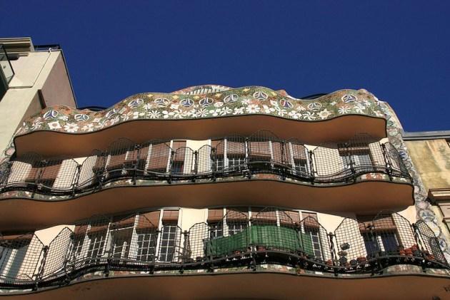 Для дома Бальо Гауди разработал 2 фасада