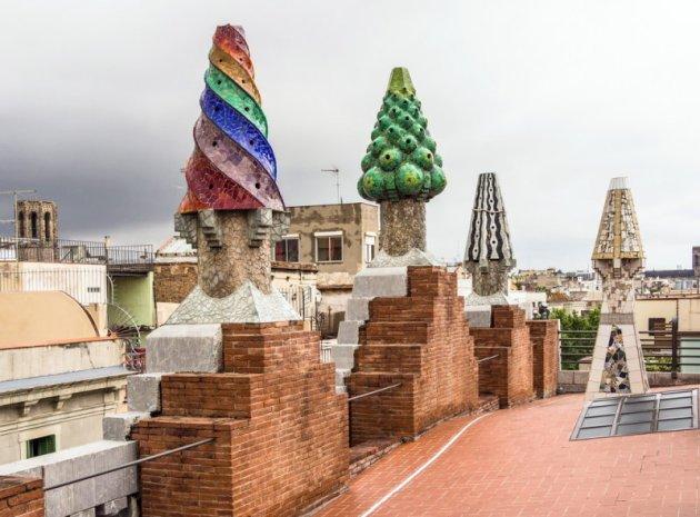Этот прием украшения крыш Гауди использует во многих своих будущих проектах