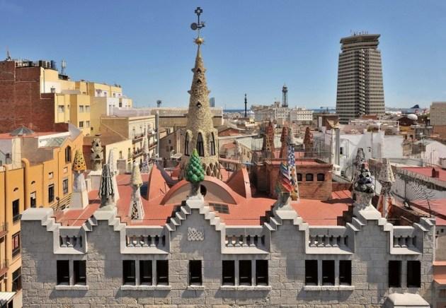 Дымоходы на крыше Дворца Гуэль выполнены в виде причудливых башенок