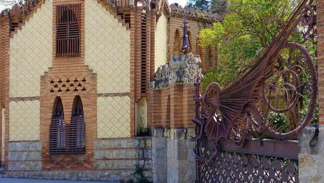 Все постройки в усадьбе Гуэль выполнены в едином стиле