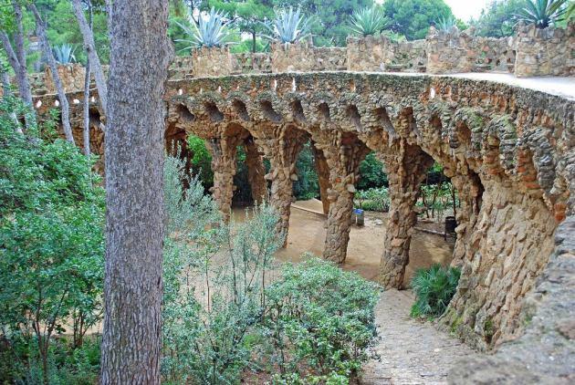 Своды с наклонными колоннами - визитная карточка архитектуры Гауди