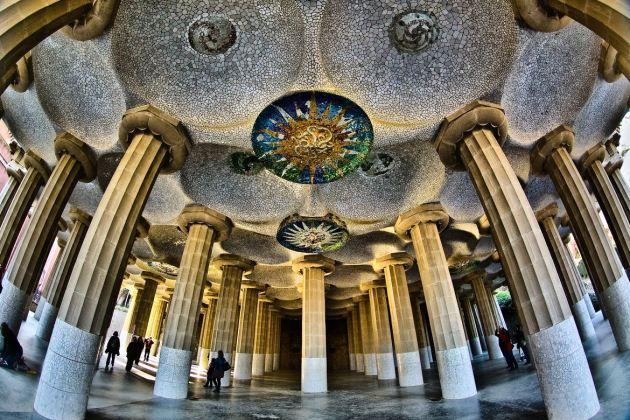 Зал 100 колон в парке Гуэля имеет уникальную акустику
