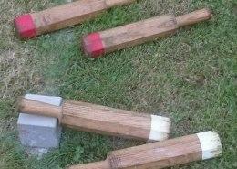 Holzknueppel und Daube auf Wiesenboden