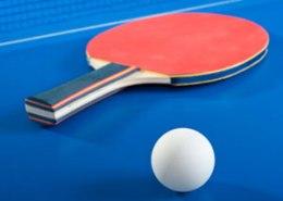 Tischtennischlaeger und Ball