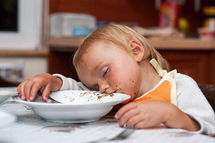 falling-asleep-before-eating-why-do-people-feel-sleepy-after-eating