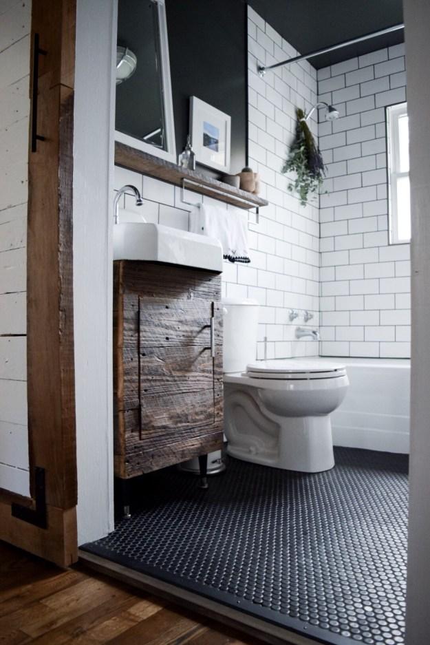 Small farmhouse modern bathroom.