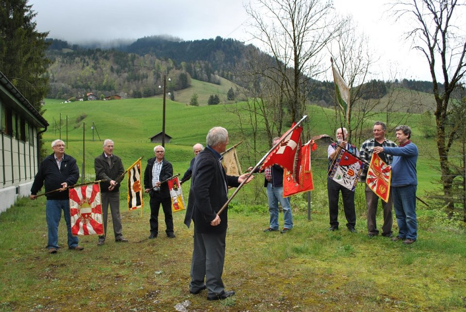 La Bannière centrale salue une dernière fois les bannières présentes des sections. (Manquent les bannières de Montreux et d'Yverdon, alors que l'amicale de La Côte présente sa bannière et son fanion)