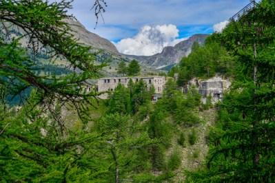 à droite l'ancienne forteresse du 19ème