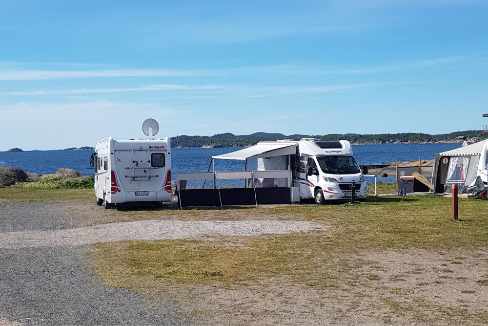 Flere campingvogner med fortelt