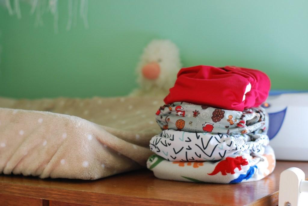 Pila de pañales de tela en cambiador infantil, para el post Saber si tu lactancia está funcionando