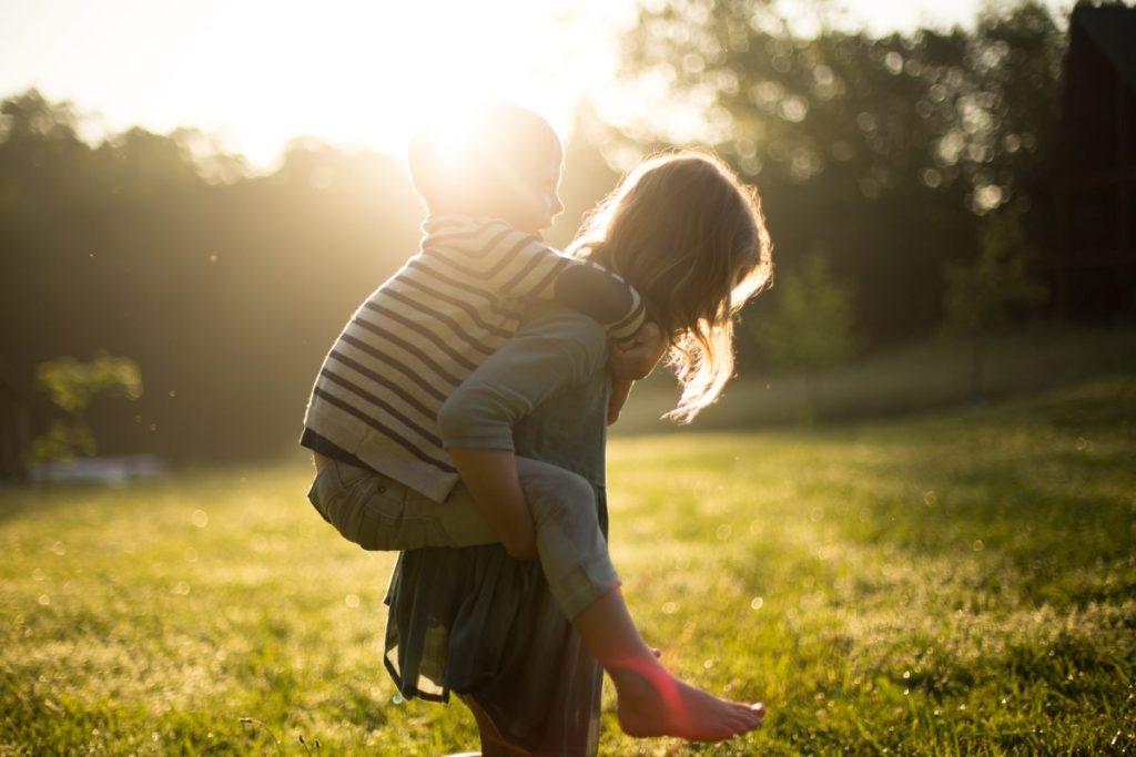 Foto de niño a caballito en la espalda de su madre, usado en el post Lactancia materna en bebés mayores