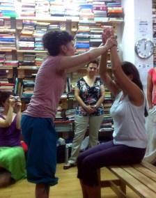 cursos reiki madrid, asociación reiki madrid, sintonizando a una alumna en Reiki