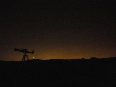 Con unos prismáticos y unos simples telescopios podemos visualizar los astros en la noche
