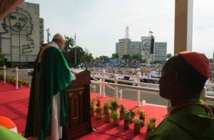 "Pope Francis celebrates Mass at Revolution Plaza in Havana, Cuba, Sunday, Sept. 20, 2015, where a sculpture of revolutionary hero Ernesto ""Che"" Guevara decorates a nearby government building. (Photo: L'Osservatore Romano/Pool Photo via AP)"