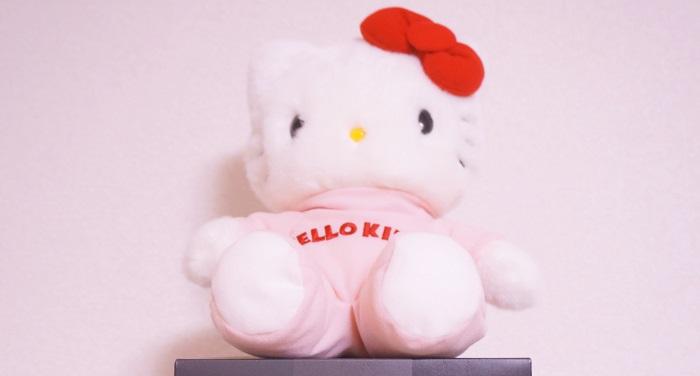 HELLO AGAINプロジェクトで当たったキティちゃんのぬいぐるみ。ピンクの部屋着みたいな服がかわいい。