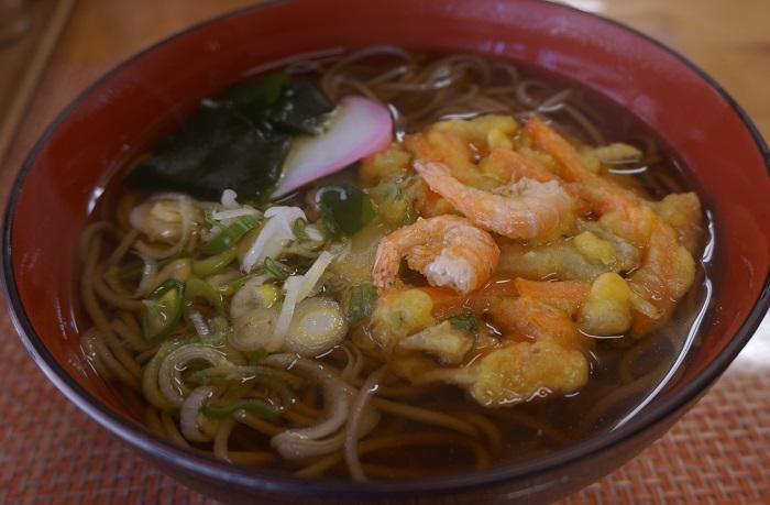 忍野八海でランチ<弥生庵>山梨名物のほうとうも八海蕎麦も♪天ぷらそば(温)600円。