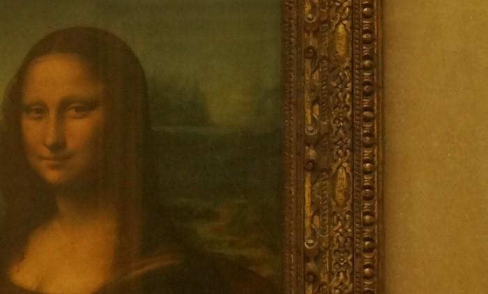 イタリアの美術家レオナルド・ダ・ヴィンチが描いた油彩画の傑作『モナリザ』の背景。防弾ガラスが光る。