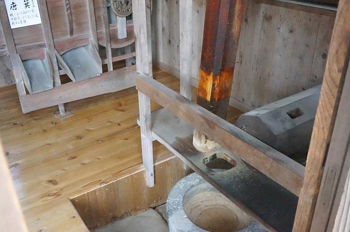 忍野八海にある第三霊場底抜池への行き方は?!<榛の木林資料館>の水車の中ではお蕎麦が?!