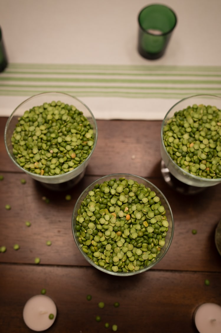 Split peas in glass for dinner en green table decorating