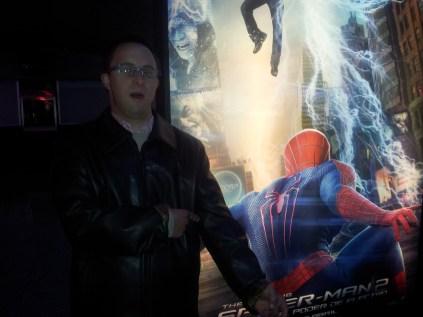 Javi junto al cartel de Spiderman 2