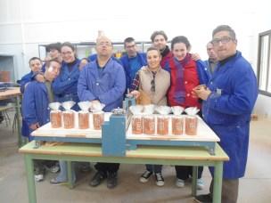 Participantes del taller de cerámica tras realizar un pedido.