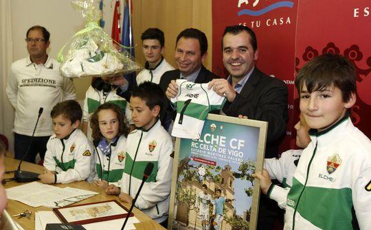 El Alcalde recibe una camiseta para su futuro niñó