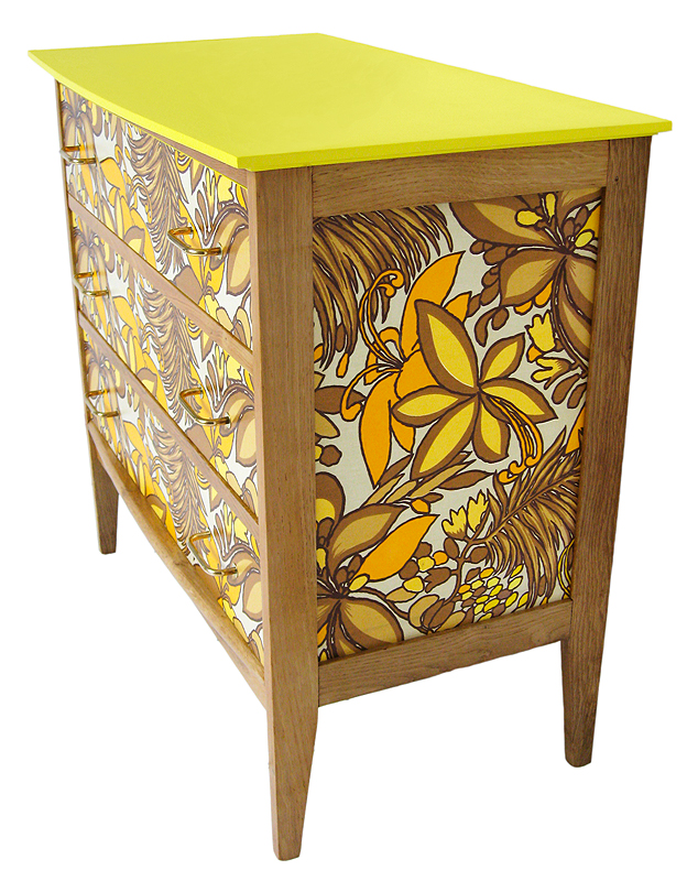 commode vintage en chêne motifs floraux