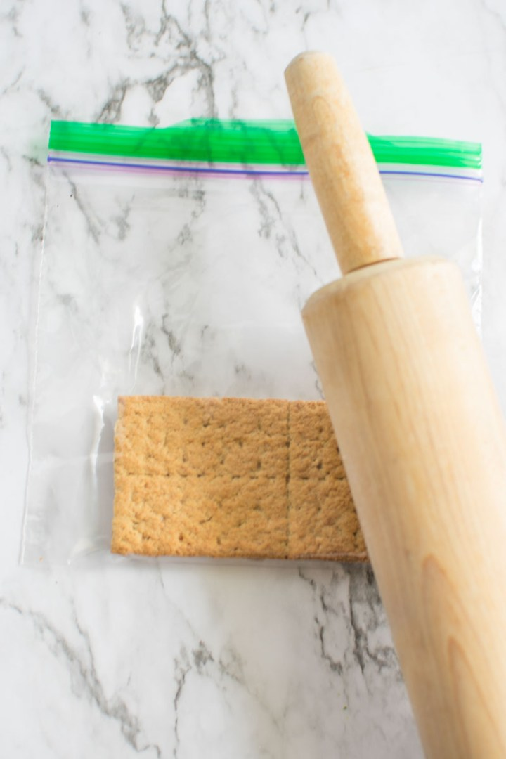 Graham crackers in ziploc bag | asprinkleandasplash.com