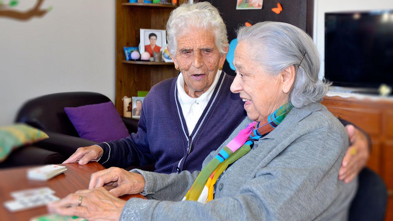 Duas idosas em convívio na Associação de Solidariedade Social Bairro João Paulo II