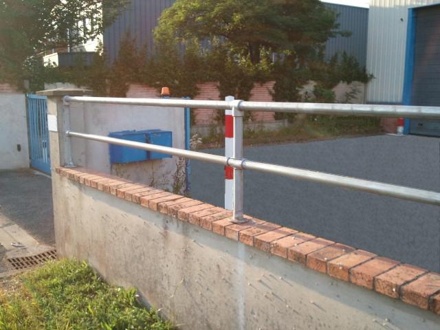 barriere metallique sur un muret