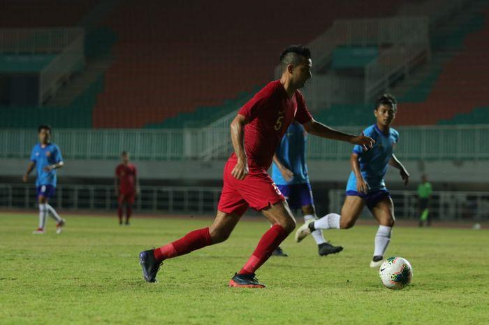 Aksi bek timnas Indonesia, Otavio Dutra pada laga uji coba kontra Persika Karawang, di Stadion Pakansari, Kabupaten Bogor, Minggu (25/8/2019).
