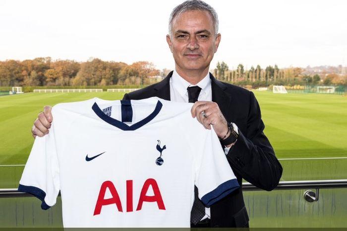 Jose Mourinho resmi dikontrak oleh Tottenham Hotspur dengan durasi kontrak hingga 2023.
