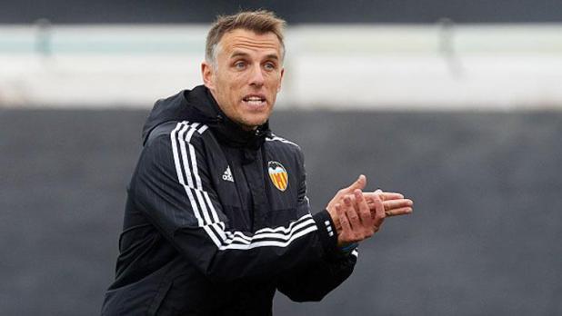 Indosport - Phil Neville saat menjadi asisten pelatih di Valencia.